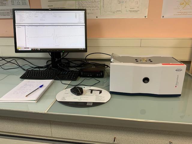 Bench-top EPR spectrometer